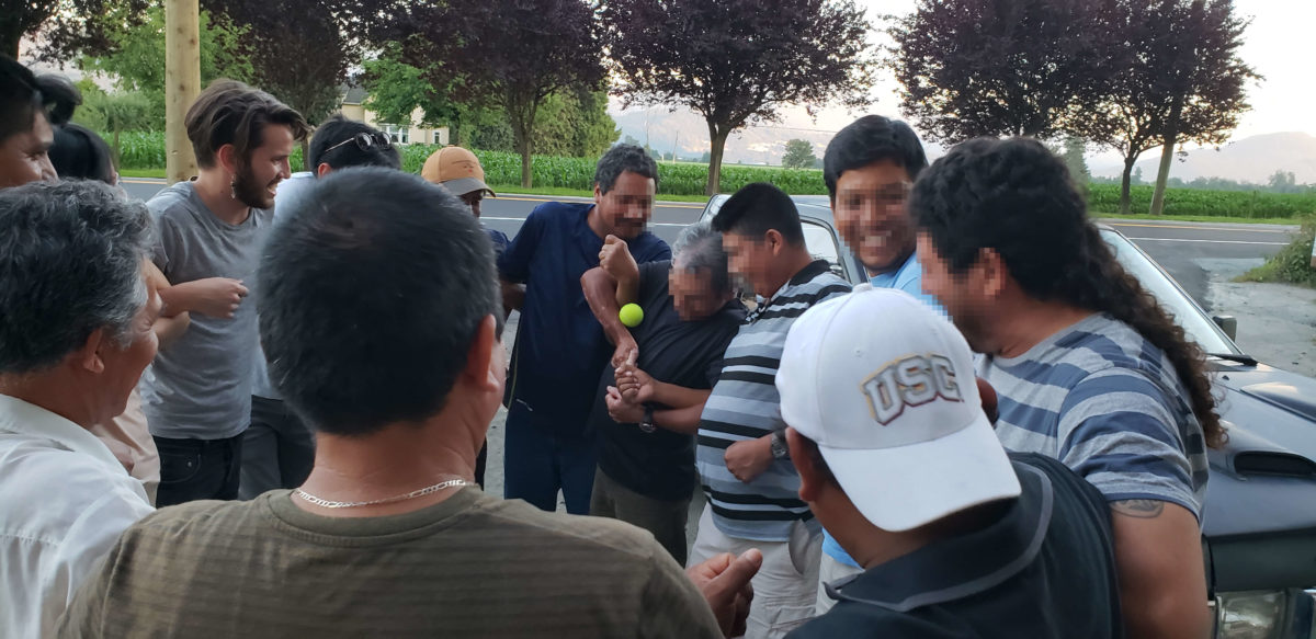 Trabajadorxs migrantes agrícolas participan en un juego durante un taller ofrecido por Fuerza Migrante